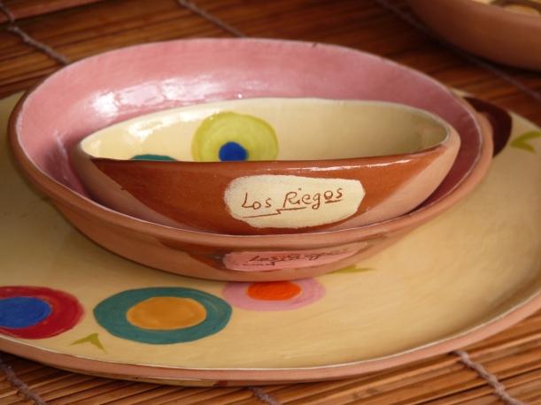 Vajilla de Los Riegos decorada con círculos de colores hechos con engobes